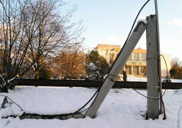 Křehký lom betonového sloupu elektrického vedení